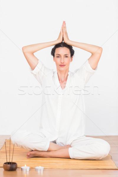Kobieta medytacji pozycja biały niebo ciało Zdjęcia stock © wavebreak_media
