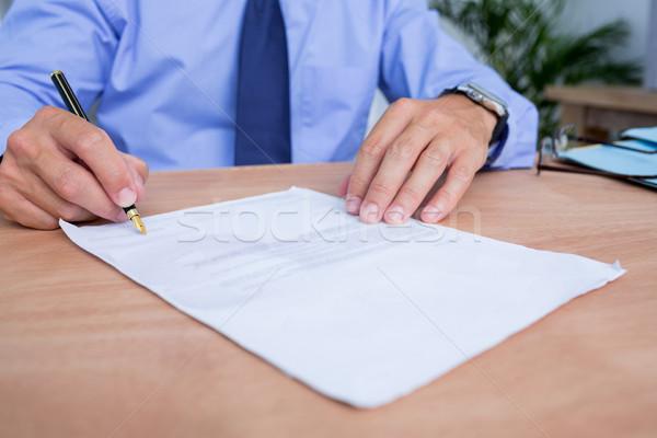 Imprenditore firma contratto ufficio view Foto d'archivio © wavebreak_media