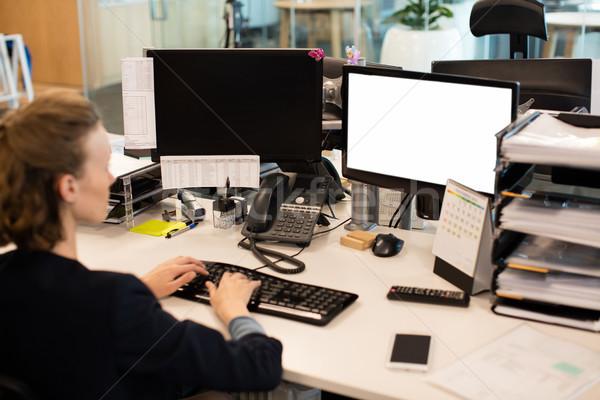 Empresária trabalhando área de trabalho pc escritório secretária Foto stock © wavebreak_media