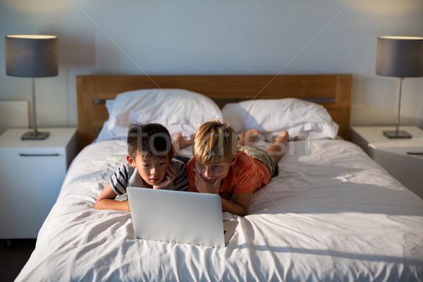 Broers en zussen met behulp van laptop bed slaapkamer computer kind Stockfoto © wavebreak_media