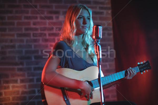 Kobiet piosenkarka gry gitara nightclub kobieta Zdjęcia stock © wavebreak_media