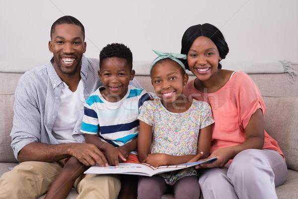 Mosolyog család tart magazin ül kanapé Stock fotó © wavebreak_media