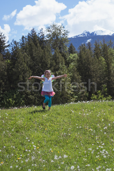 Izgatott lány fut park karok virág Stock fotó © wavebreak_media