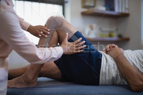 Női terapeuta mér térd idős férfi Stock fotó © wavebreak_media