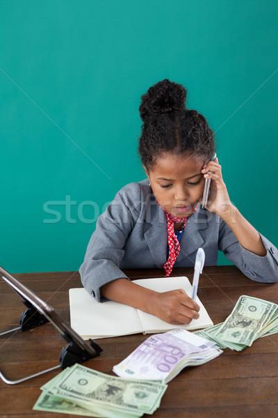Magasról fotózva kilátás üzletasszony telefon ír könyv Stock fotó © wavebreak_media