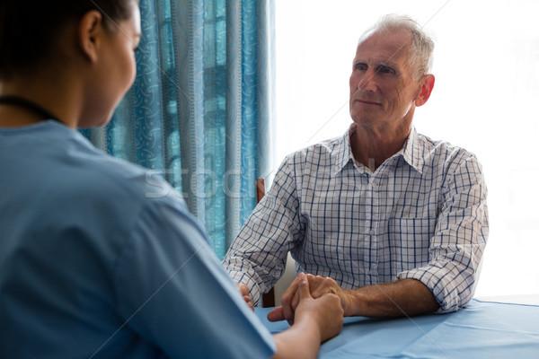 Médico tomados de las manos altos hombre asilo de ancianos femenino Foto stock © wavebreak_media