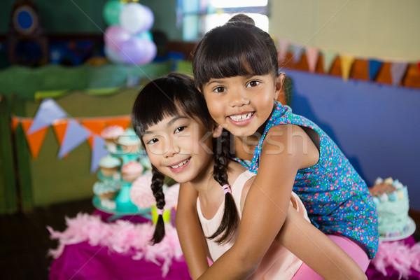 少女 ピギーバック 友達 誕生日パーティー ホーム 幸せ ストックフォト © wavebreak_media