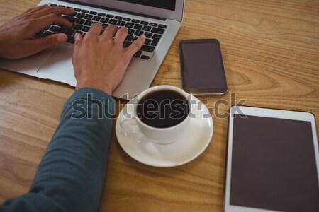 Stockfoto: Handen · man · koffie · met · behulp · van · laptop · cafe · houten · tafel
