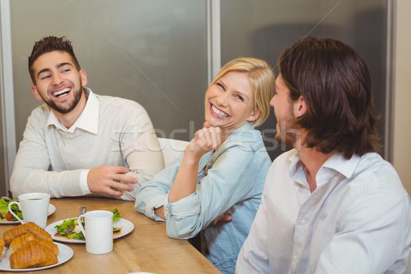 üzletemberek élvezi brunch étkezde boldog kreatív Stock fotó © wavebreak_media