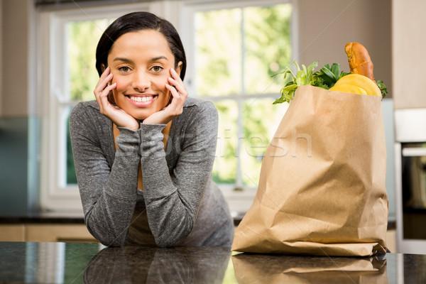 Glimlachend brunette kruidenier zak counter keuken Stockfoto © wavebreak_media
