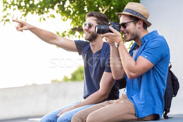 Csípő barátok elvesz képek utcák férfi Stock fotó © wavebreak_media
