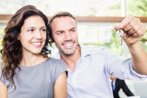 Boldog fiatal pér tart új ház kulcs mutat Stock fotó © wavebreak_media