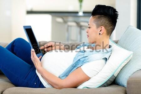 Zwangere vrouw ontspannen sofa woonkamer aanraken buik Stockfoto © wavebreak_media