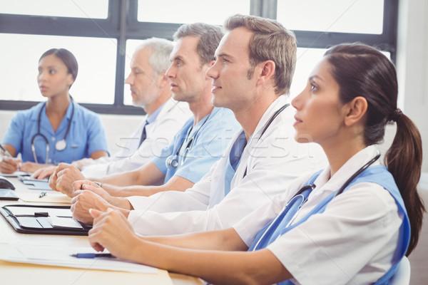 Medische team luisteren conferentiezaal ziekenhuis tabel Stockfoto © wavebreak_media
