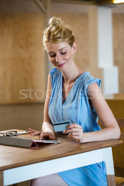 Belle femme numérique comprimé bureau femme heureux Photo stock © wavebreak_media