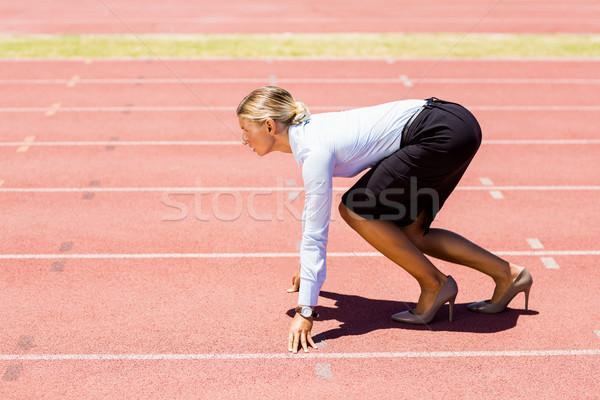Femeie de afaceri gata alerga funcţionare urmări Imagine de stoc © wavebreak_media