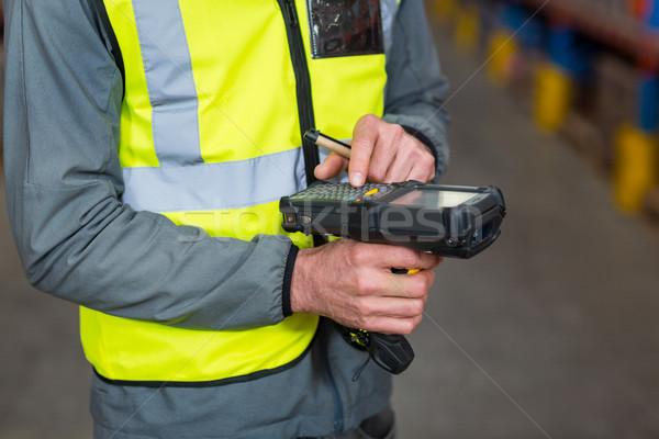 Közelkép munkás digitális felszerlés raktár üzlet Stock fotó © wavebreak_media