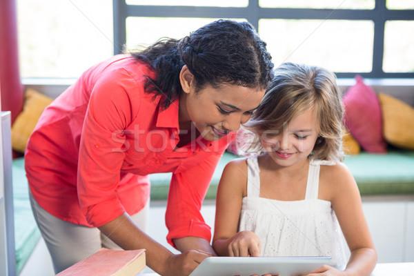 учитель девушки цифровой таблетка библиотека молодые Сток-фото © wavebreak_media