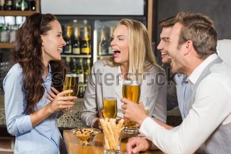 Vrouwelijke fan kijken voetbal bar counter Stockfoto © wavebreak_media