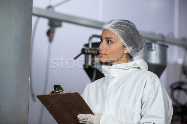 Feminino açougueiro registros clipboard carne fábrica Foto stock © wavebreak_media