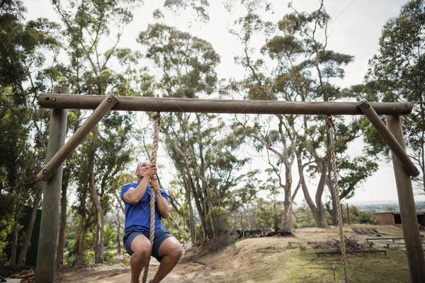 S'adapter homme escalade vers le bas corde Photo stock © wavebreak_media