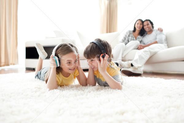 弟 姉妹 リスニング 音楽 ヘッドホン 家族 ストックフォト © wavebreak_media