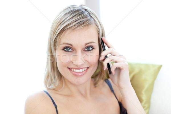 Mujer atractiva hablar teléfono sesión sofá casa Foto stock © wavebreak_media