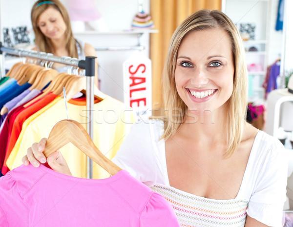 Nő kiválaszt tétel ruházat bolt divat Stock fotó © wavebreak_media