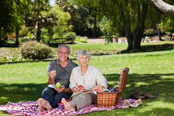 Aposentados casal jardim comida homem verão Foto stock © wavebreak_media