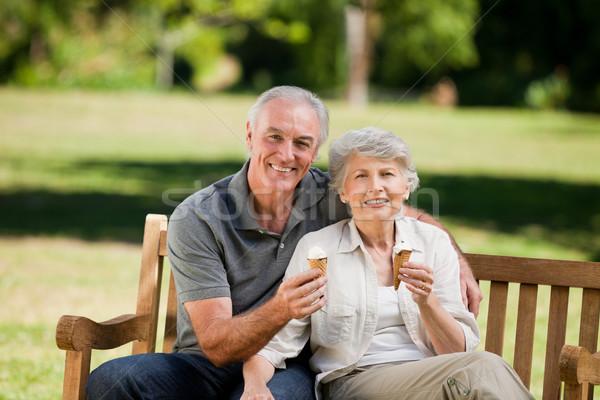 еды мороженым скамейке семьи трава Сток-фото © wavebreak_media