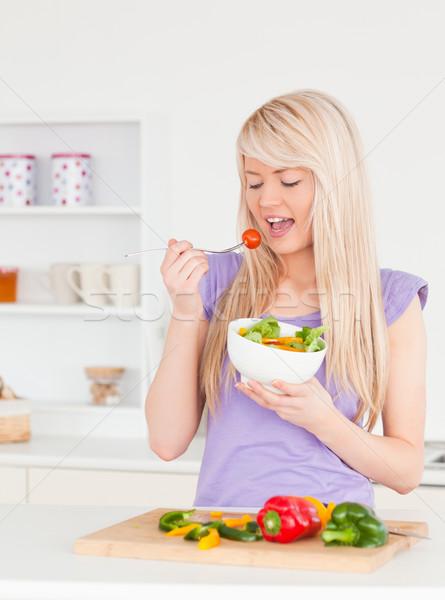 Boa aparência feminino alimentação salada cozinha mulher Foto stock © wavebreak_media