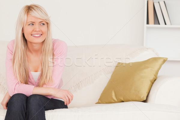 Di bell'aspetto donna bionda posa seduta divano soggiorno Foto d'archivio © wavebreak_media