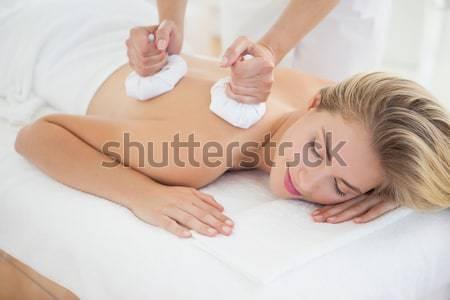 Glimlachende vrouw Maakt een reservekopie masseuse bloemen handen Stockfoto © wavebreak_media