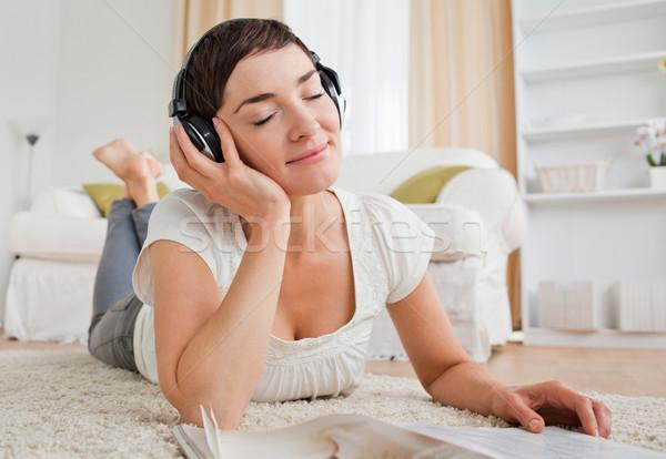 Elragadtatott nő magazin élvezi zene szőnyeg Stock fotó © wavebreak_media