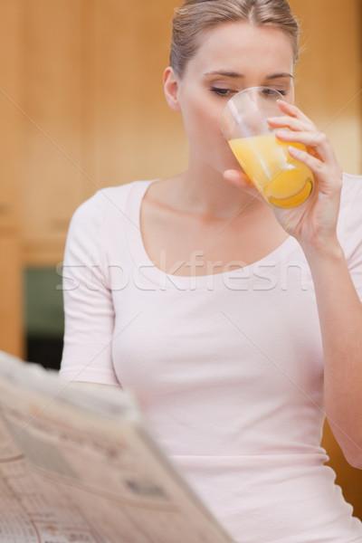 Portré gyönyörű nő olvas hírek iszik dzsúz Stock fotó © wavebreak_media