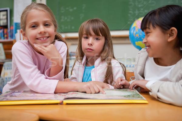 écolières lecture conte de fées compagne classe étudiant Photo stock © wavebreak_media