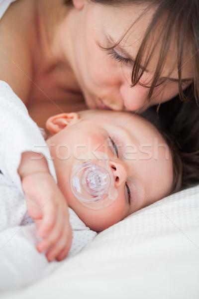 Barna hajú nő csók fej baba bent Stock fotó © wavebreak_media