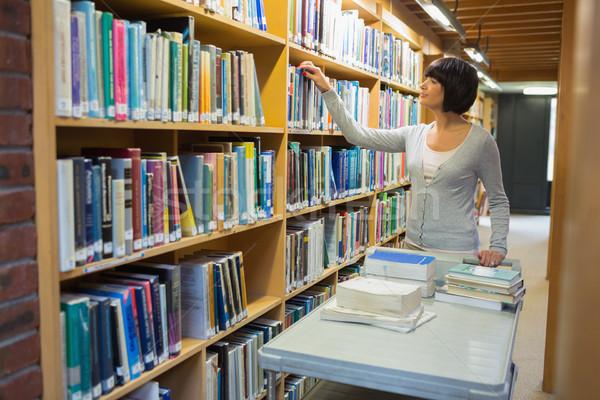 Bibliotecario libros plataforma mujer de trabajo universidad Foto stock © wavebreak_media