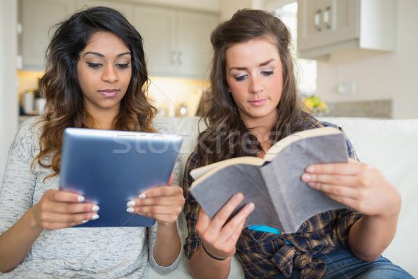 Meisjes lezing boek vergadering Stockfoto © wavebreak_media