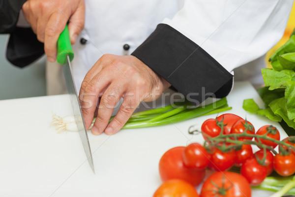 Szakács vág újhagyma vágódeszka étel konyha Stock fotó © wavebreak_media
