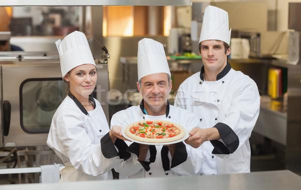 Három séfek tart pizza mosolyog mosoly Stock fotó © wavebreak_media