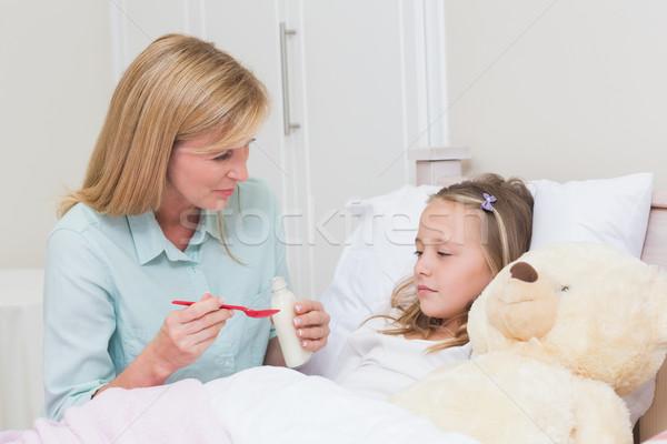 Moeder dochter hoesten geneeskunde bed huis Stockfoto © wavebreak_media