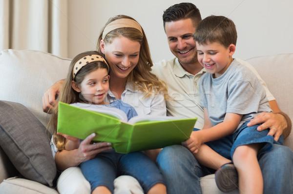 Famiglia guardare photo album divano famiglia felice insieme Foto d'archivio © wavebreak_media