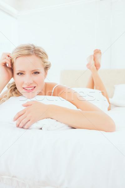 Zawartość młodych bed uśmiechnięty kamery Zdjęcia stock © wavebreak_media