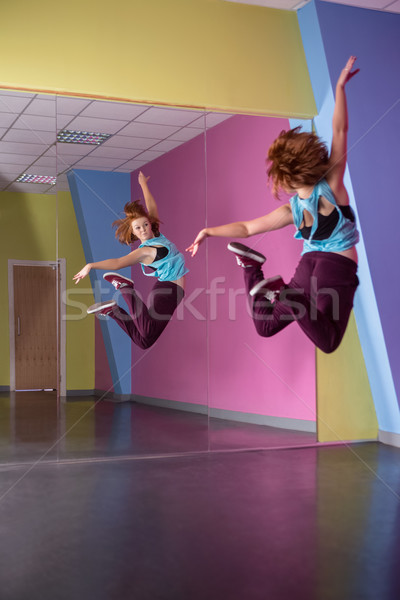 Joli pause danseur sautant up regarder Photo stock © wavebreak_media