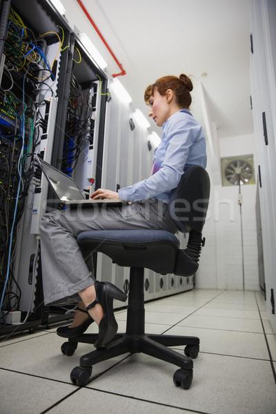 Technikus ül szék laptopot használ diagnózis szerverek Stock fotó © wavebreak_media