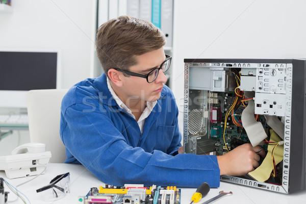 Jóvenes técnico de trabajo roto ordenador oficina Foto stock © wavebreak_media