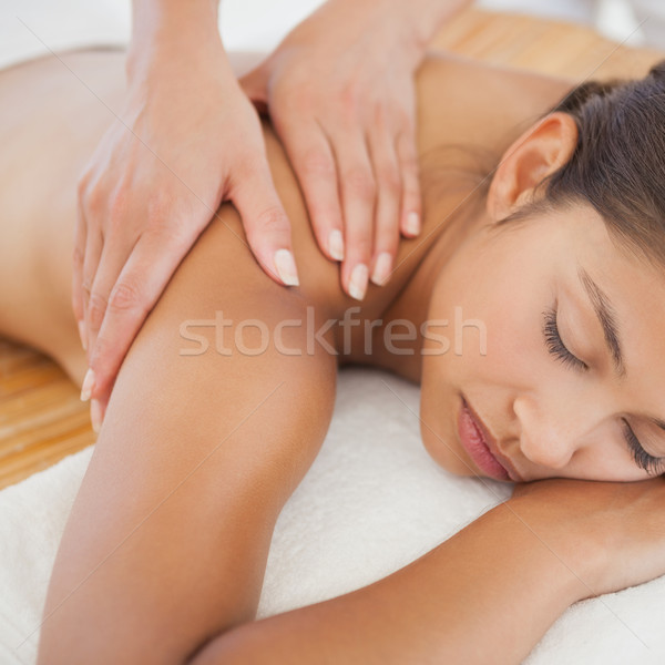 Mooie brunette genieten schouder massage spa Stockfoto © wavebreak_media
