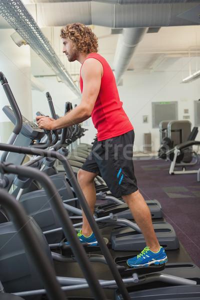 Vedere laterala om sală de gimnastică tânăr sănătate Imagine de stoc © wavebreak_media