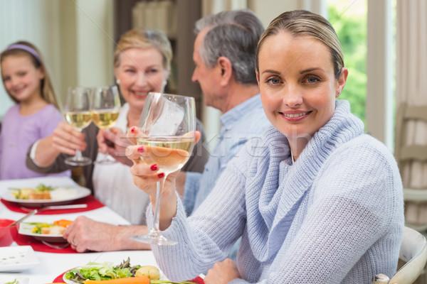 Nő mosolyog kamera tart üveg bor otthon Stock fotó © wavebreak_media